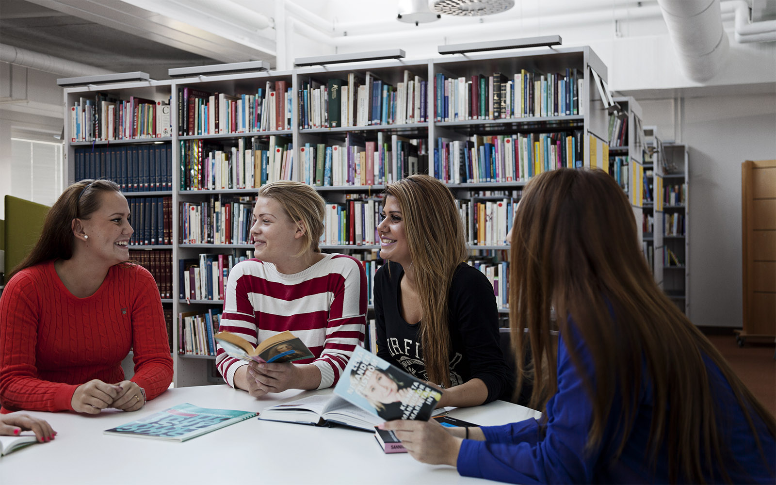 Schüler der Sågbäcksgymnasiet in der Bibliothek, die durch natürliches Licht beleuchtet wird