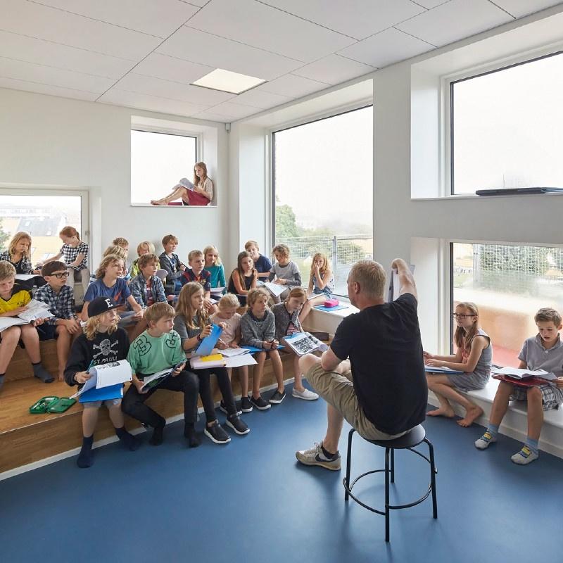 Klassenzimmer mit natürliches Tageslicht und moderner Sitzanordnung