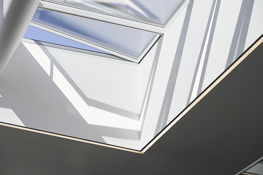 VELUX modulare Dachverglasungslösungen lassen das natürliche Licht durch und ermöglichen die Belüftung des Raumes