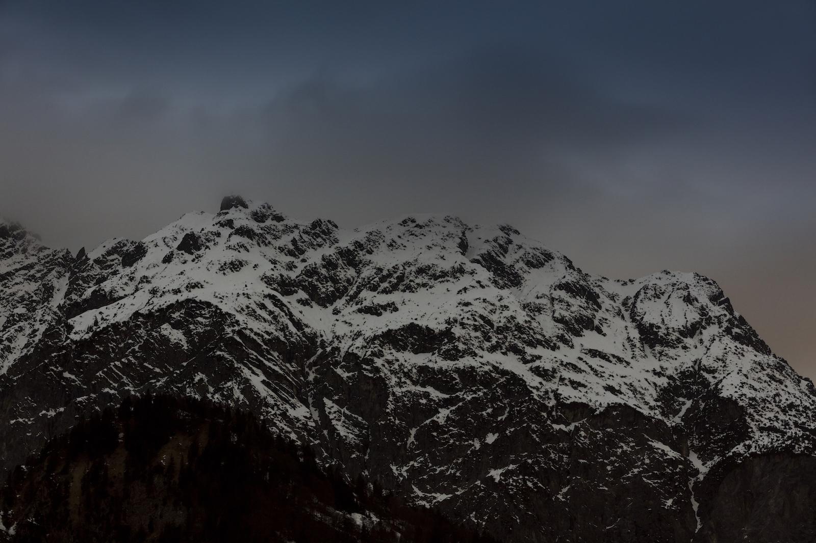 Berggipfel im Morgengrauen mit Schnee bedeckt