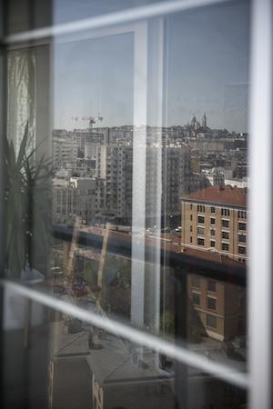 Blick auf die Stadt durch Fassadenfenster