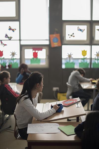 Schülerin in einer Klasse mit Fassadenfenstern